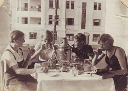 Алексеева Анна Петровна с подругами на балконе дома ул. Первомайская (Калинина) 3/30. 1938 г.