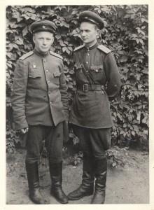 Фронтовая фотография: Бублик Александр Фёдорович с товарищем Вовченко Григорием. 1945 г.