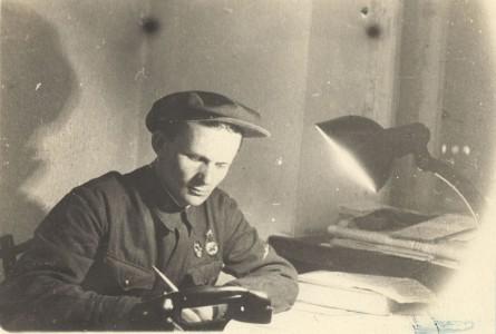 Бублик Александр Фёдорович в редакции газеты «Амурский ударник» за работой. 1939 г.