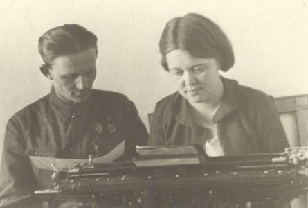 Бублик Александр Фёдорович диктует текст машинистке в редакции городской газеты «Дальневосточный Комсомольск» 1959 г.