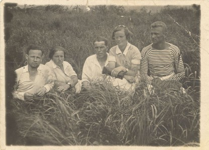 Первостроители города на базе отдыха Шарголи. 1934 г. Слева направо третий – Е. А. Авсиевич с женой.