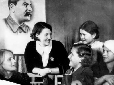 Валентина Хетагурова (в центре) с девушками хетагуровского призыва